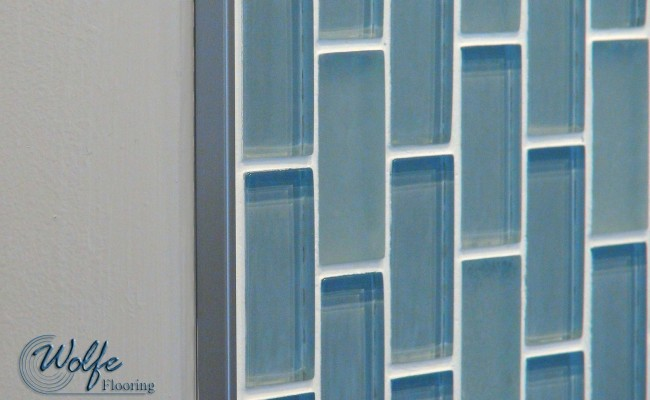 06 Waiting Room – Linear Mosaic Glass on a Curved Wall – Close-up of Metal Edge